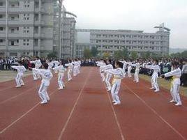 桐庐县分水玉华初级中学初中生练跑步负重图片