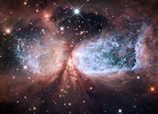 美国宇航局的科学家通过哈勃望远镜拍摄到 圣诞星云 ,其外形结构非常