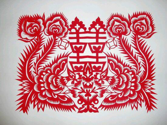 过新年农民还要在门上张贴剪纸门神像,整个庭院,住宅便成为一个红花