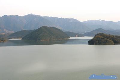 卢湖风景区是以安徽省广德县卢村水库为中心,面积35平方公里,水面