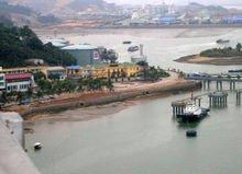 越南的海上石油钻井平台和岸上的油库