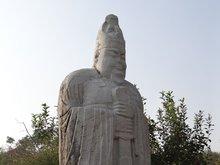 西侧石人(武官)
