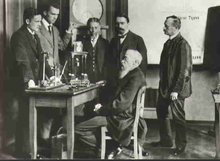 威廉·冯特 (坐)与他的同事在第一个心理