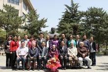 在中国政法大学谢觉哉塑像前留影
