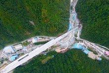 大秦岭隧道出口俯视图
