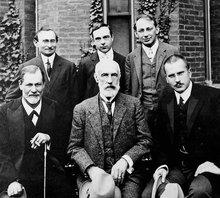 1909照于克拉克大学。前排:西格蒙德·