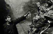 一名抗议者在布拉格与军队对峙。
