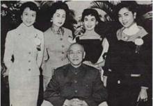 1955年,葛兰(左一)到台湾为蒋介石总统祝寿