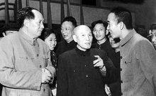 1958年,毛泽东同志在武汉大学考察