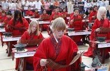 老外体验中国传统服饰
