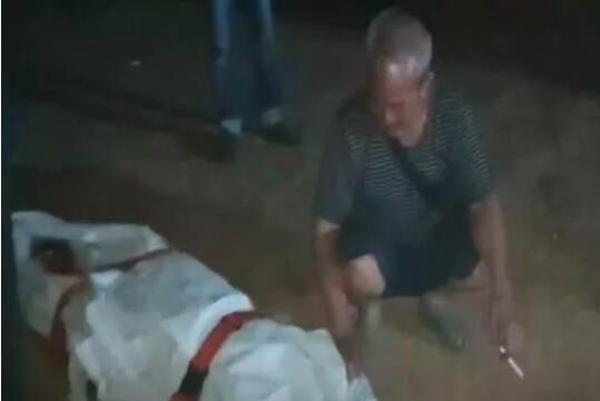 男子捡到炸弹开直播炫耀 拿起敲击当场被炸身亡