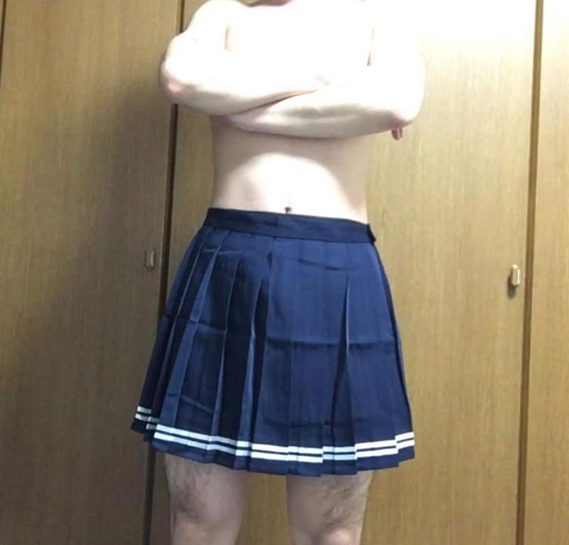 《爱上百褶裙》处男网友买女生制服参考画画 试穿之后竟然忘不了快感…… - 图片4